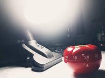 Pomodoro zegar - machinalny pomidor kształtował kuchennego zegar dla gotować lub studiować zdjęcia stock