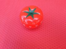Pomodoro zegar - machinalny pomidor kształtował kuchennego zegar dla gotować lub studiować fotografia stock