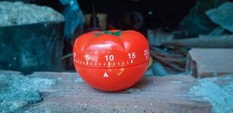 Pomodoro zegar w tle stara rocznik ściana z cegieł zdjęcie stock