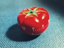 Pomodorotijdopnemer - mechanische tomaat gevormde keukentijdopnemer voor het koken of het bestuderen royalty-vrije stock afbeeldingen