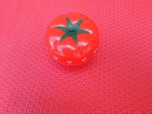 Pomodorotijdopnemer - mechanische tomaat gevormde keukentijdopnemer voor het koken of het bestuderen stock fotografie