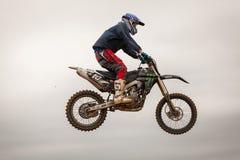 POMORIE, BULGARIA - 24 DE MARZO: 2013 - moto en vuelo, salto de la bici Fotos de archivo libres de regalías