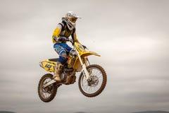 POMORIE, BULGARIA - 24 MARZO: 2013 - motocicletta in volo, salto della bici al Immagine Stock