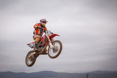 POMORIE, BULGARIA - 24 MARZO: 2013 - motocicletta in volo, salto della bici al Fotografia Stock