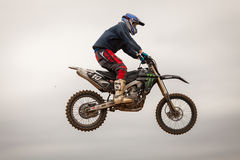 POMORIE, BULGARIEN - 24. MÄRZ: 2013 - Motorrad im Flug, Fahrradsprung Lizenzfreie Stockfotos
