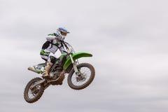 POMORIE, BULGARIEN - 24. MÄRZ: 2013 - Motorrad im Flug, Fahrradsprung an Lizenzfreie Stockfotos