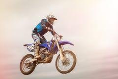 POMORIE, BULGARIEN - 24. MÄRZ: 2013 - Motorrad im Flug, Fahrradsprung Lizenzfreie Stockfotografie