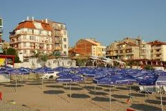 Pomorie, Bulgarije, 22 Juli, 2014, Ochtend op het strand Stock Foto's