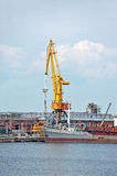 Pomp-baggermachine schip onder havenkraan Royalty-vrije Stock Foto