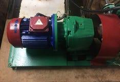 Pomp en motor bij een industri?le faciliteit Waarschuw het materiaal in actie Details en close-up stock afbeelding