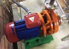 Pomp en motor bij een industri?le faciliteit Waarschuw het materiaal in actie Details en close-up royalty-vrije stock foto