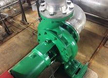 Pomp en motor bij een industri?le faciliteit Waarschuw het materiaal in actie Details en close-up royalty-vrije stock afbeelding