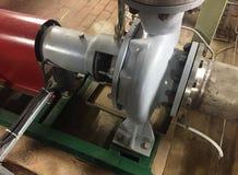 Pomp en motor bij een industri?le faciliteit Waarschuw het materiaal in actie Details en close-up royalty-vrije stock afbeeldingen