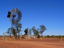 Pompa ad acqua del laminatoio di vento con il serbatoio Immagini Stock Libere da Diritti