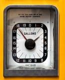 Pompa analogica d'annata di gas o della benzina fotografia stock
