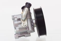 Pompa del servosterzo su un motore bianco del fondo Fotografia Stock Libera da Diritti