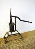 Pompa dell'esperto per il trasferimento del vino nella cantina Immagine Stock Libera da Diritti
