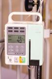 Pompa di infusione del fluido fisiologico Immagine Stock