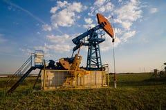 Pompa di olio al tramonto Fotografie Stock