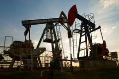 Pompa di olio al tramonto Immagini Stock