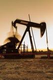 Pompa di olio commovente della siluetta Jack Fotografie Stock