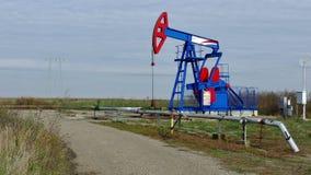 Pompa di olio in funzione stock footage