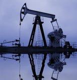 Pompa di olio industriale con la riflessione fotografie stock libere da diritti