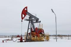Pompa di olio in inverno Fotografie Stock