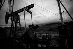 Pompa di olio in montagna in bianco e nero Fotografia Stock Libera da Diritti