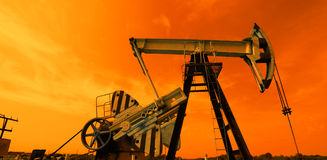 Pompa di olio nei toni rossi Immagini Stock