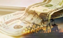 Pompa di olio su fondo del dollaro americano, 20 dollari americani fotografia stock
