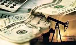 Pompa di olio su fondo del dollaro americano, 20 dollari americani immagini stock