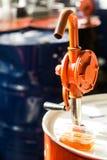 Pompa di riempimento dell'olio automobilistico immagine stock