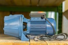 pompa elettrica sullo scaffale nel deposito Fine sulla pompa di getto di acqua a alta tecnologia con la vasca d'impregnazione per fotografia stock