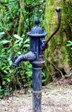 Pompa idraulica antiquata del ferro utilizzata per il pompaggio dell'acqua da una u Fotografia Stock Libera da Diritti