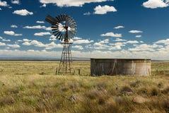 Pompa idraulica australiana d'annata del mulino a vento di entroterra Fotografie Stock Libere da Diritti