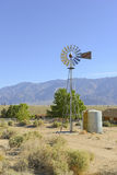 Pompa idraulica d'annata/mulino a vento nel paesaggio rurale Fotografie Stock Libere da Diritti