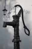 Pompa idraulica dell'esperto e una lanterna Fotografia Stock Libera da Diritti