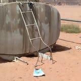 Pompa idraulica nel deserto Fotografia Stock Libera da Diritti