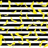Pompa il modello senza cuciture - scarpe gialle della corte sulle strisce in bianco e nero, illustrazione di vettore fotografia stock