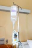Pompa per infusione che appende IV sul palo Fotografie Stock Libere da Diritti