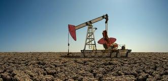 Pompage de tour d'huile brut image libre de droits