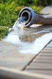 Pompage lent de l'eau de manque Image libre de droits
