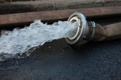 Pompaggio dell'acqua Immagini Stock