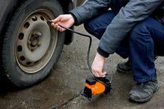 Pompaggio su dei pneumatici del veicolo Fotografie Stock Libere da Diritti