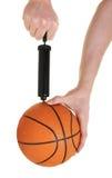 Pompaggio in su della pallacanestro Immagini Stock Libere da Diritti