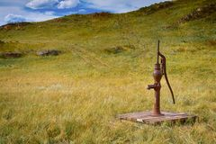 Pompe à eau démodée dans les domaines Photos libres de droits