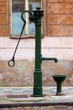 Pompe à eau démodée de fer Photo stock