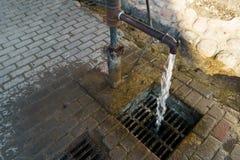 Pompe ? eau de ville avec de l'eau courant boissons pour des personnes photos libres de droits