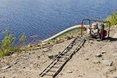 Pompe à eau sur l'étang Photographie stock libre de droits
